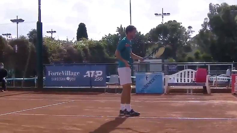 """Albert Ramos-Vinolas et le grand classique """"ma raquette vient de rater"""", après un smash hideux au Sardaigne Open."""