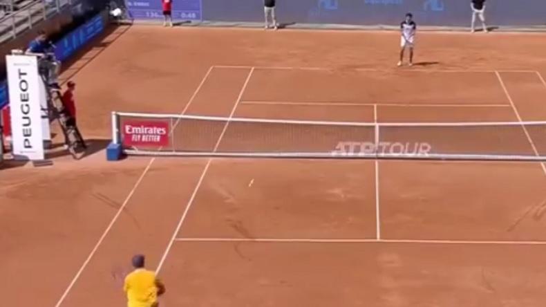 Robin Haase gagne un point après un service à la cuillère au tournoi de Budapest 2019.