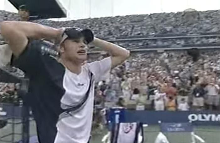 Andy Roddick remporte son unique titre du Grand Chelem à l'US Open 2003 en dominant Juan Carlos Ferrero en finale.