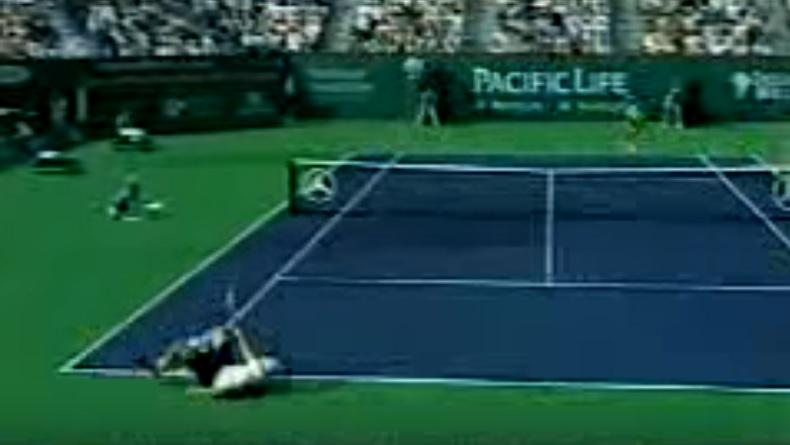 Andy Roddick tombe mais il va parvenir à rester dans le point.