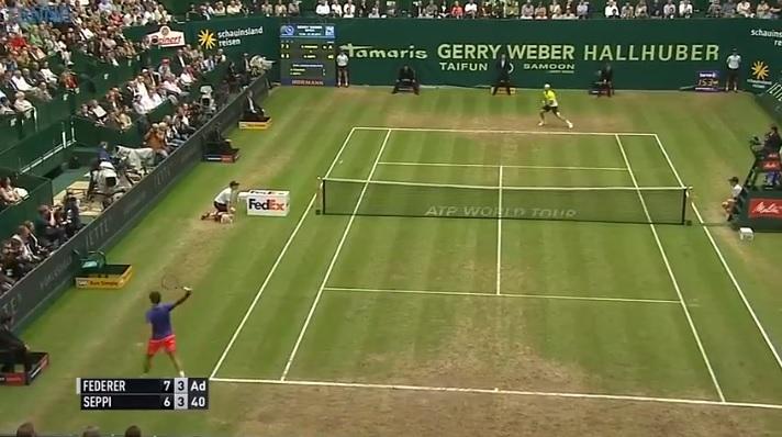 Federer demande le Hawk-Eye en lâchant en revers gagnant, puis perd le point (Halle 2015)