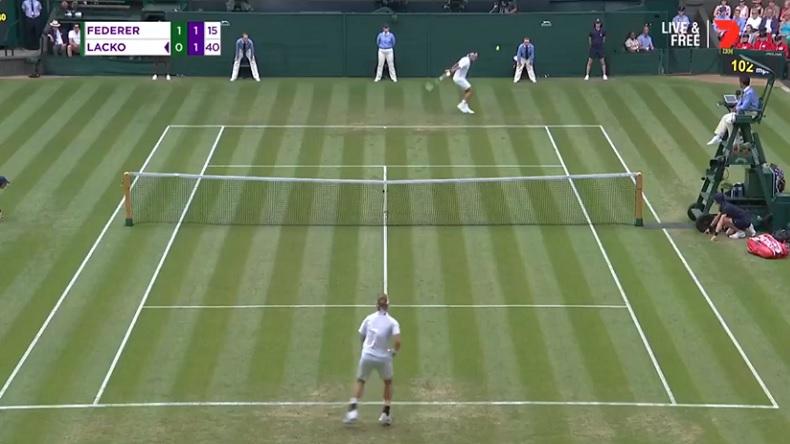 Roger Federer cloue sur place Lukas Lacko avec cette amortie.