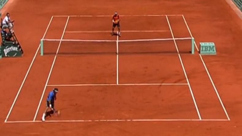 Le coup de squash de Roger Federer pour passer David Nalbandian à Roland Garros en 2006.