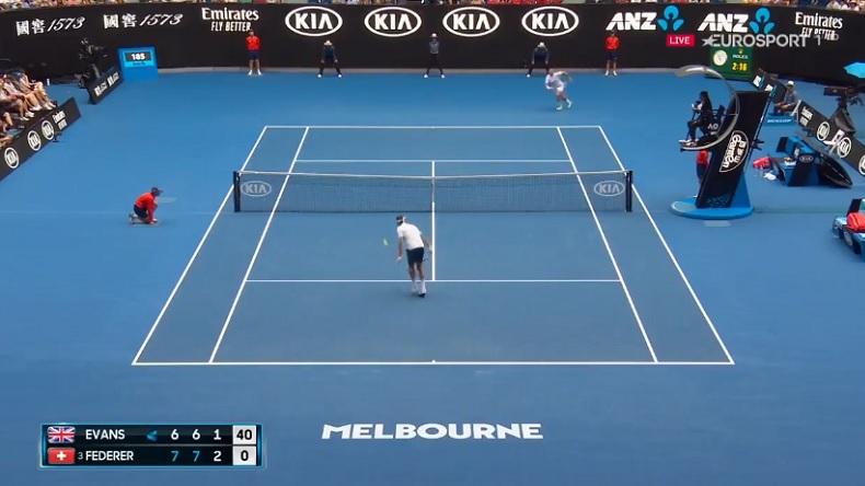 Attention, demi-volée indécente de Roger Federer contre Dan Evans à l'Open d'Australie.