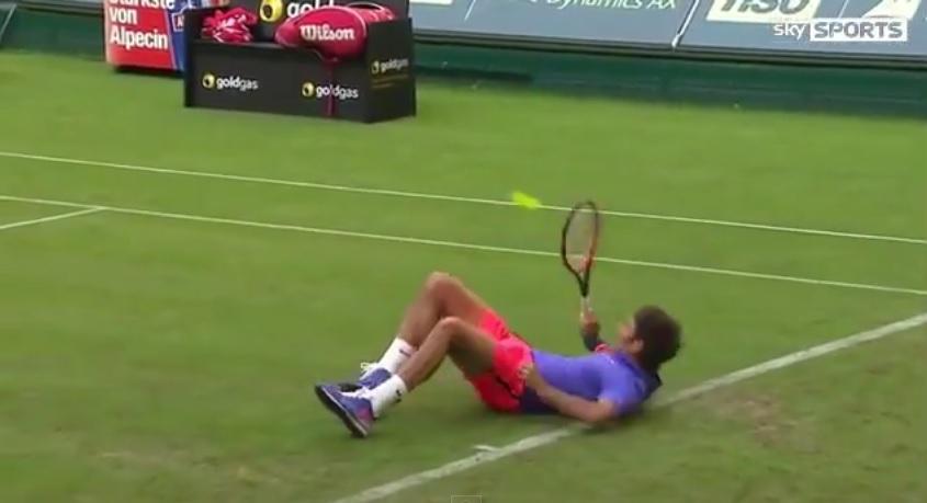 Roger Federer, au calme, sur le gazon du tournoi de Halle 2015.