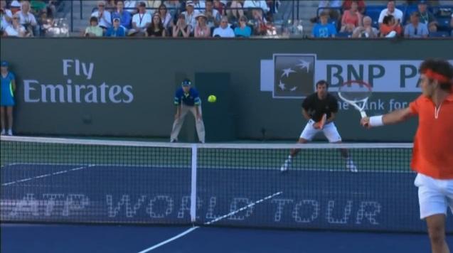 Roger Federer en pleine improvisation au tournoi d'Indian Wells 2013.