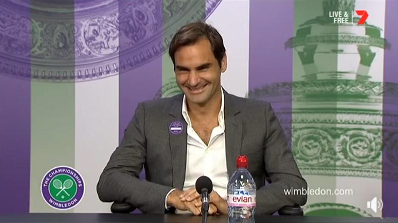 Roger Federer, tout sourire, après une remarque amusante d'une journaliste à Wimbledon.