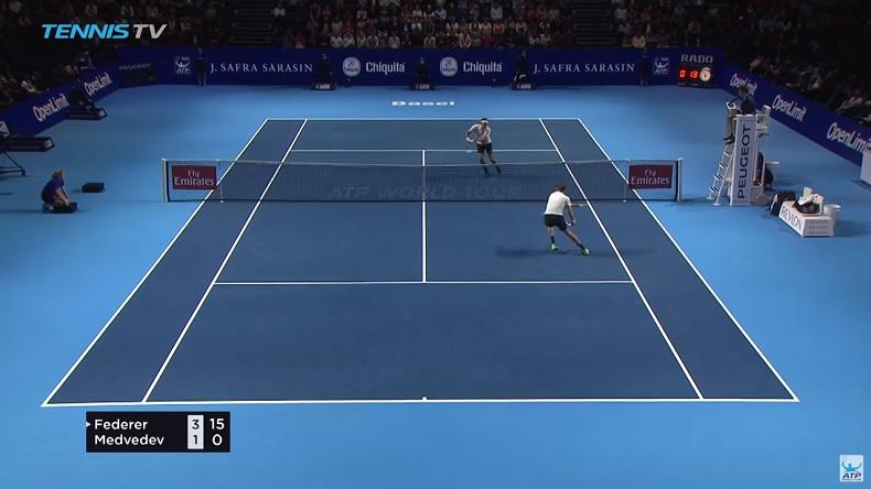 Roger Federer termine ce point magnifique contre Daniil Medvedev à Bâle par une volée à deux mains.