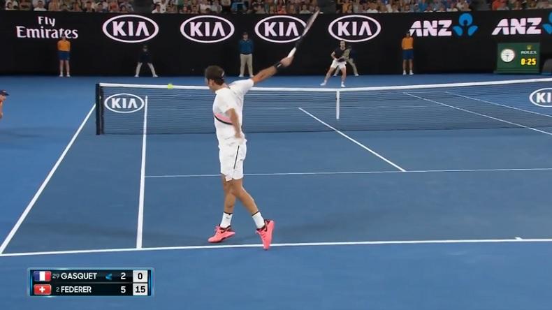 Régalez-vous avec cet angle de vue parfait pour voir ce point en revers de Roger Federer.