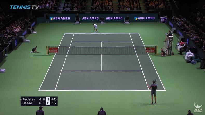 Quand Roger Federer s'auto-arbitre.