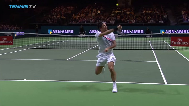 Un smash dos au filet, en détente, de Roger Federer.