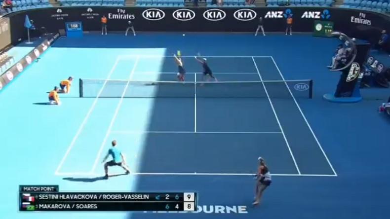 Roger-Vasselin et Hlavackova n'ont pas eu de chance sur cette balle de match en quarts de finale du double mixte à l'Open d'Australie 2018.