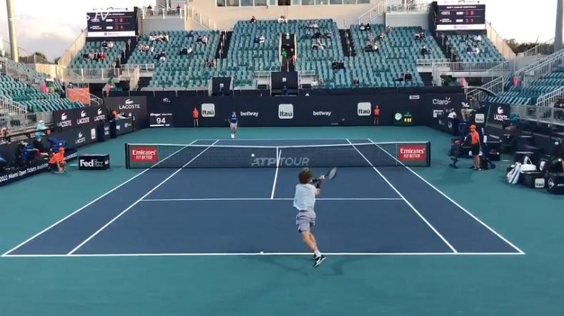 Des points du match Rublev - Hurkacz filmés à hauteur du court, à Miami.