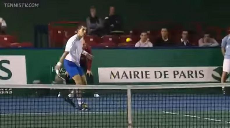 Santiago Giraldo sentait grave l'amortie au premier tour du Masters 1000 de Bercy 2011.
