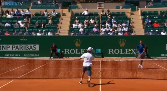 Le petit cadeau d'Andreas Seppi à Rafael Nadal à Monte-Carlo.