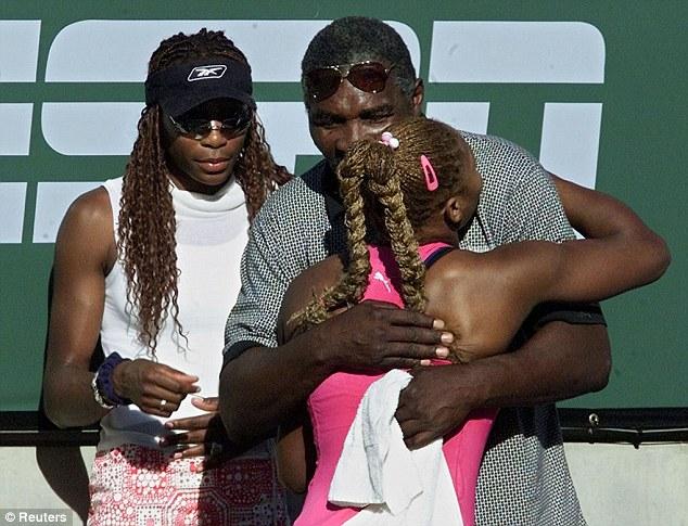 Serena Williams prend son père dans les bras après sa finale en 2001 au tournoi d'Indian Wells. Depuis les soeurs boycottent le tournoi.