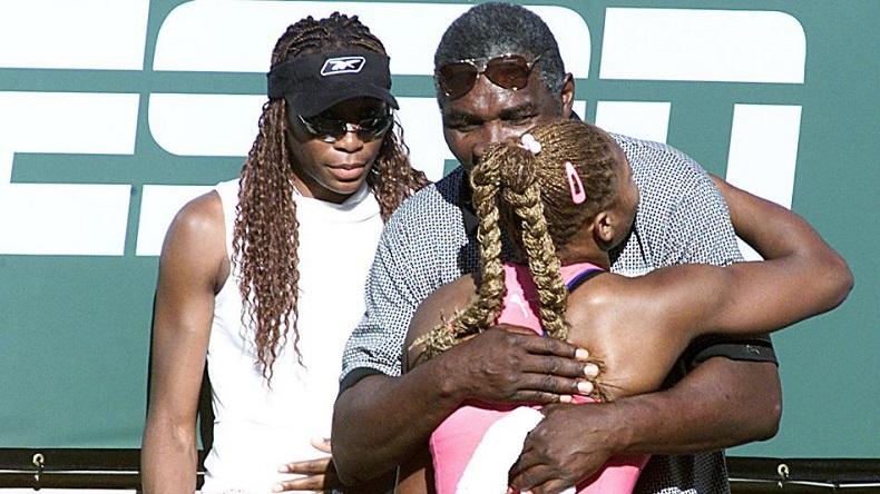 Serena Williams prend son père dans les bras après sa finale en 2001 au tournoi d'Indian Wells. Après un boycott de 14 ans, elle fera son retour dans le désert californien. (Getty Images)