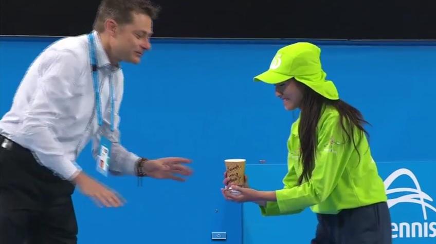 Serena Williams s'est fait apporter un café sur le court et Flavia Pennetta va payer l'addition.