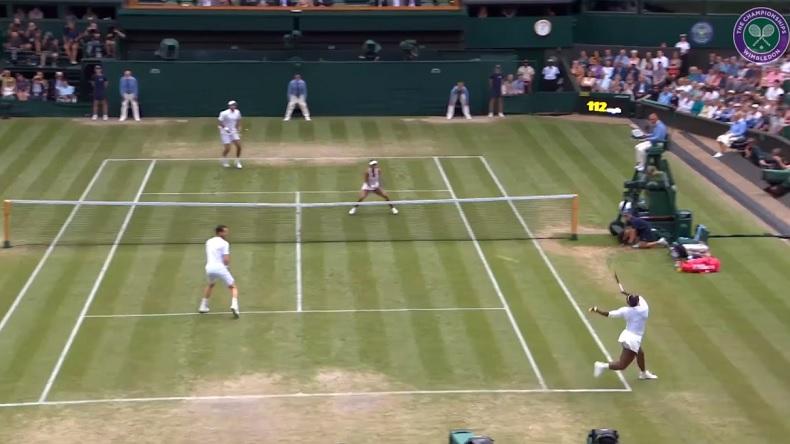 Serena Williams n'a pas respecté le service du Français sur ce retour en double mixte à Wimbledon.