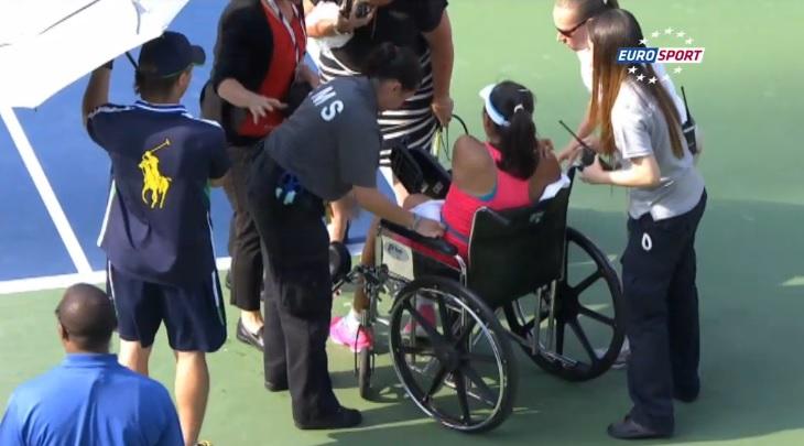 Contrainte à l'abandon en demi-finales de l'US Open 2014, Shuai Peng quitte le court en fauteuil roulant.