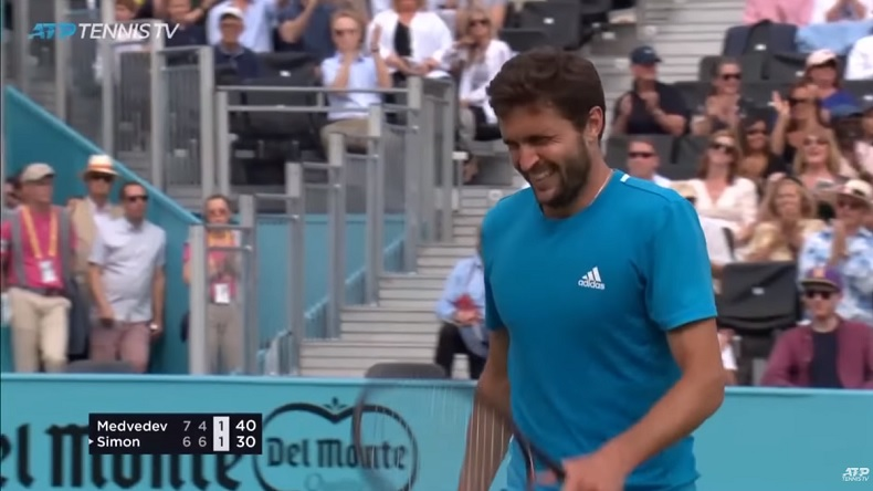 Gilles Simon, carbonisé après un point de 49 frappes contre Medvedev au Queen's.