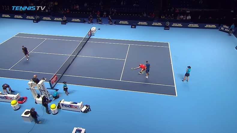 Légèrement heurté par une ramasseuse, Jack Sock simule la blessure au Masters 2018 de double.