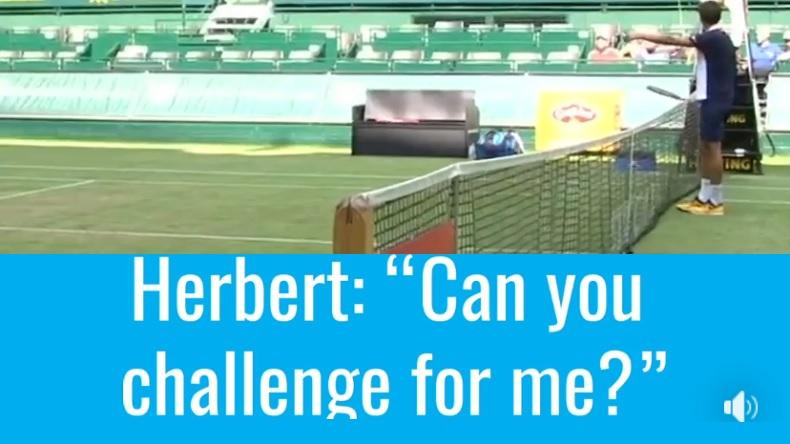 Pierre-Hugues Herbert demande à Stakhovsky s'il peut utiliser un Challenge pour lui et l'Ukrainien va accepter.