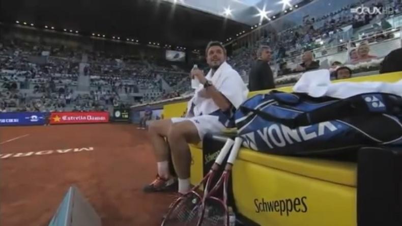 En toute décontraction, Stanislas Wawrinka taquine l'arbitre français Damien Dumusois, à 5-4 dans le troisième set, en demi-finales du Masters 1000 de Madrid 2013.