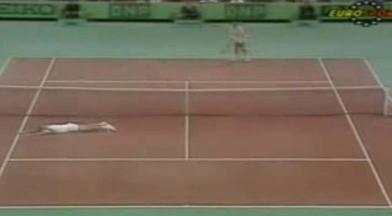 Stefan Edberg remporte un des plus beaux points de l'histoire du tennis contre Aaron Krickstein au Masters de Paris-Bercy 1989.