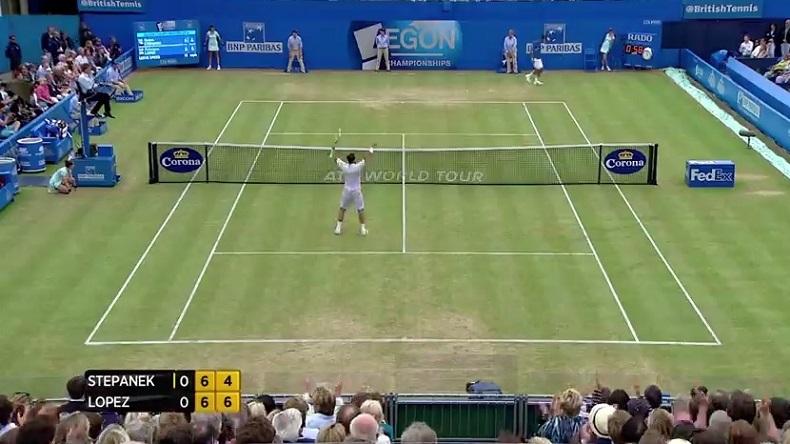 Quel point de Radek Stepanek pour sauver une balle de set en demies du Queen's !