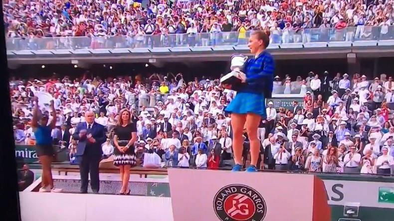 Sloane Stephens, sur la gauche, fait signe à Simona Halep de brandir la coupe Suzanne-Lenglen.