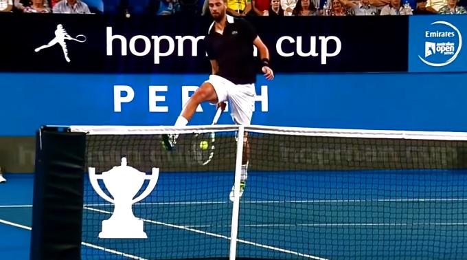 Le coup entre les jambes face au filet est la spécialité de Benoît Paire.
