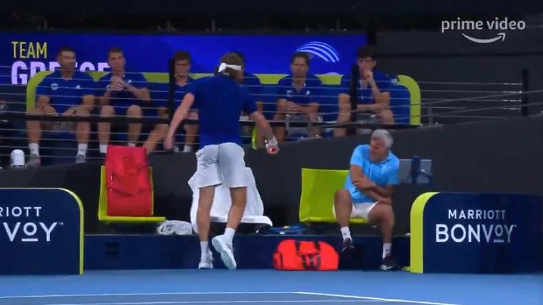 Stefanos Tsitsipas blesse son père à l'avant-bras en cassant une raquette à l'ATP Cup 2020.