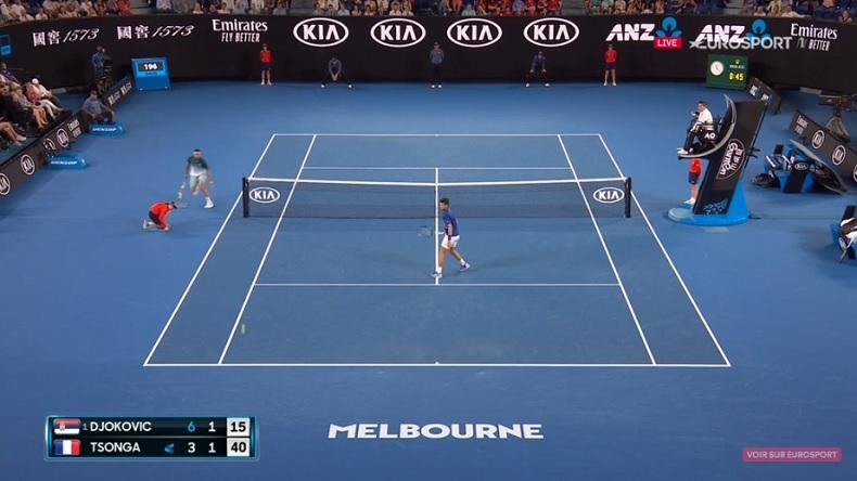Jo-Wilfried Tsonga contourne le filet pour conclure un point face à Novak Djokovic à l'Open d'Australie 2019.