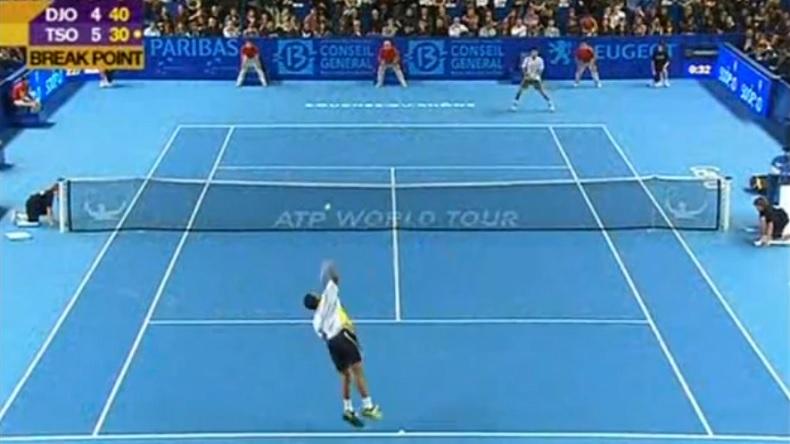 Cinq points, cinq frappes. Quand Jo-Wilfried Tsonga s'énerve au service contre Djokovic.