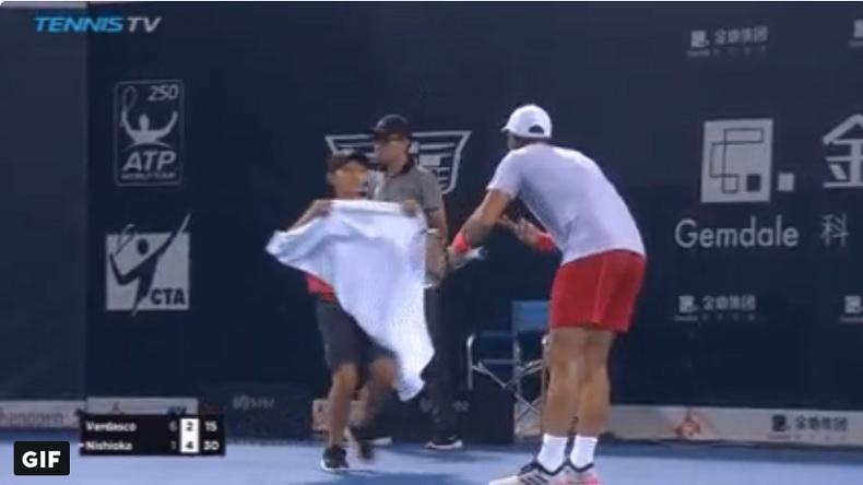 Fernando Verdasco s'en prend à un ramasseur qui lui apporte sa serviette à Shenzhen.