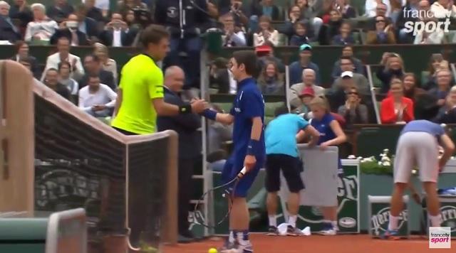 Un beau souvenir pour ce ramasseur de balles à Roland Garros.
