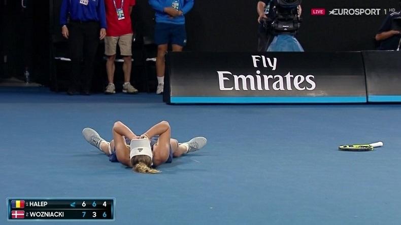 Caroline Wozniacki remporte son premier titre du Grand Chelem à l'Open d'Australie 2018 à l'issue d'une finale épique contre Simona Halep.