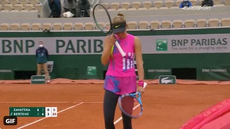 En larmes, Katarina Zavatska vient de casser tous ses cordages. Elle va finir son match avec une raquette prêtée par son entraîneur.