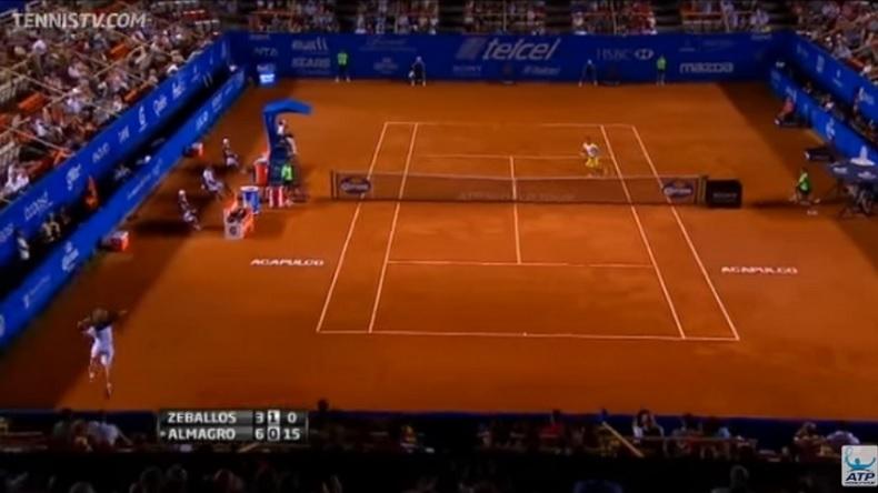 Horacio Zeballos s'apprête un mettre un smash gagnant dans cette position au tournoi d'Acapulco 2013.