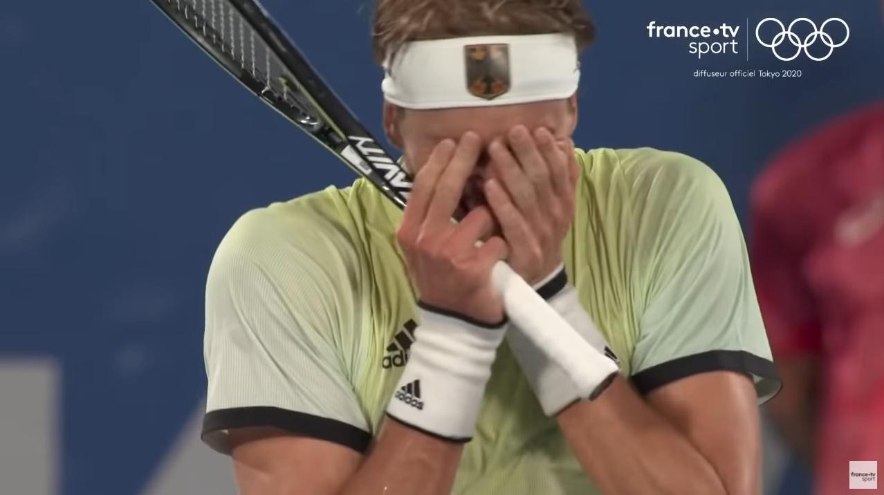 Alexander Zverev n'en croit pas ses yeux. Il vient de battre Novak Djokovic en demi-finales des Jeux Olympiques de Tokyo 2020.