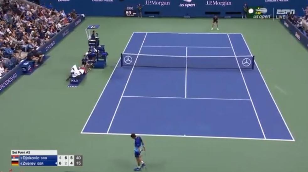 Alexander Zverev, les mains sur les genoux, après cette balle de set sauvée contre Novak Djokovic sur un rallye incroyable de 53 frappes.