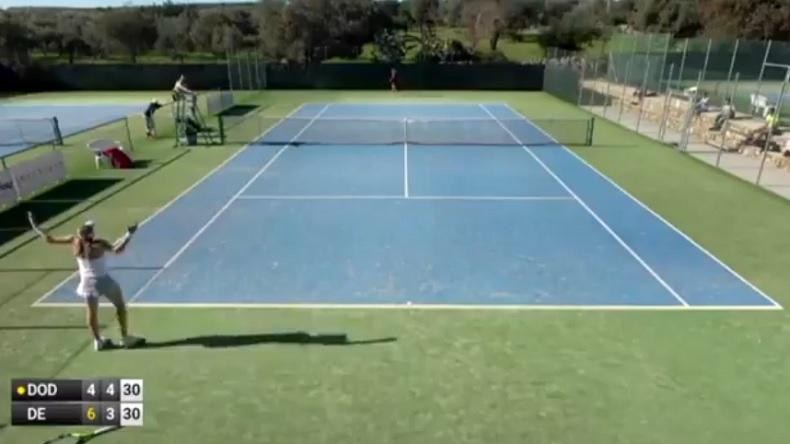 Cet arbitre en demi-finales d'un tournoi ITF ne voit rien.