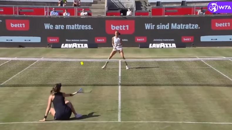 Le point génial gagné par Belinda Bencic à Berlin, après avoir une volée sur les fesses.