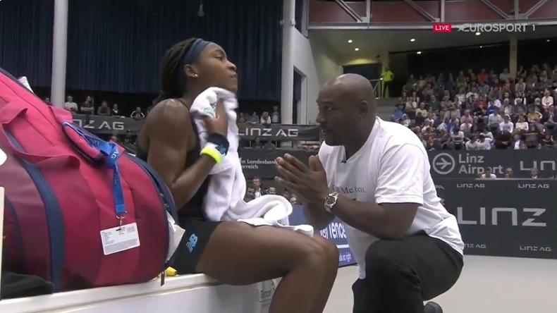 A un jeu de son premier titre WTA, à Linz, Cory Gauff fait appel à son père qui la rassure avec un discours parfait.