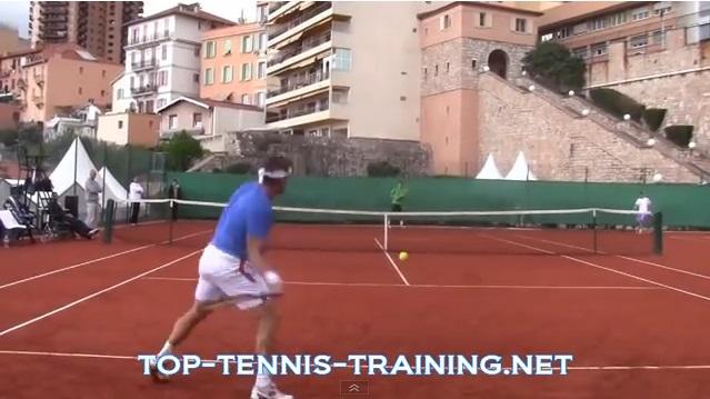 Un entraînement, filmé à hauteur des joueurs, entre David Ferrer et Bernard Tomic.