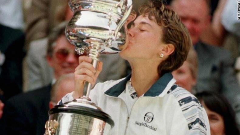 Martina Hingis remporte l'Open d'Australie 1997, à 16 ans seulement.