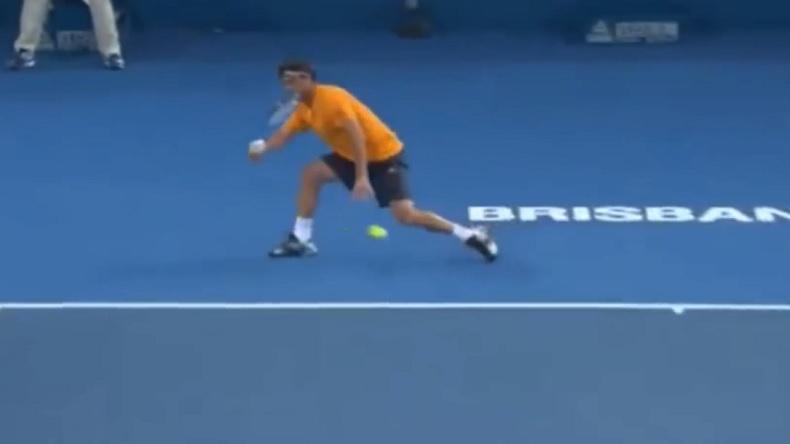 Un coup droit en demi-volée incroyable de Marcos Baghdatis au tournoi de Brisbane 2013.