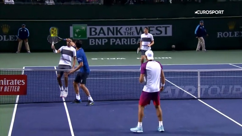 Marcelo Melo tente une technique de fourbe pour contrer Nick Kyrgios. Un point insolite en double à Indian Wells.