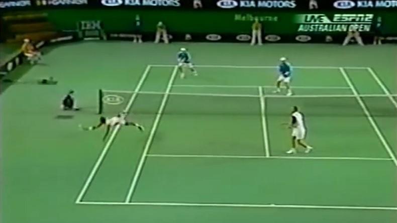 Leander Paes réalise un plongeon énorme sur un point épique en finale du double de l'Open d'Australie 2006.